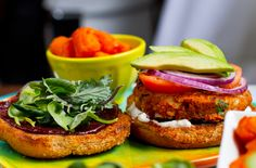 Sanduíche de hambúrguer vegetariano com salada - Lar Natural