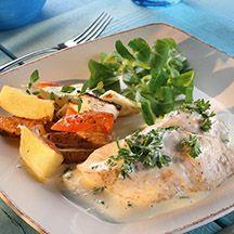 Kyckling med persiljesås som fått puttra i buljong och grädde. Serveras med ugnstekta rotsaker.