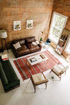 Se a sua sala é espaçosa considere um layout com 2 sofás diferentes. Assim, você cria uma área de bate-papo generosa sem cair no look conjuntinho. Quer aprender tudo sobre como organizar o layout dos móveis? ASSINE MeuEstiloDecor.com.br
