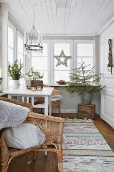 Give your home a Scando-style Christmas décor this year. Glance through our brilliant Scandinavian Christmas decoration ideas here to get prepared for it. Scandinavian Christmas Decorations, Decoration Christmas, Xmas Decorations, Christmas Greenery, Rustic Christmas, Home Decoration, Decoration Design, White Christmas, Modern Christmas