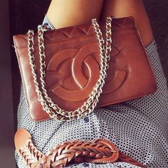 tan Chanel purse with gold chain straps! Fashion Mode, Look Fashion, Fashion Bags, Womens Fashion, Coco Chanel, Dior, Moda Formal, Gucci, Mode Inspiration