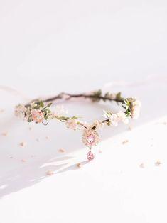Эльфийская цветочная тиара розовая эльфийская листовая | Etsy Flower Tiara, Flower Girl Crown, Flower Crown Wedding, Flower Headpiece, Floral Crown, Flower Crowns, Floral Wedding, Satin Flowers, Bridal Flowers