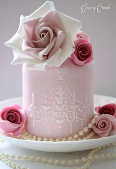 Mini chandelier cake by Cotton and Crumbs