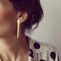 Diagonal earring: gold. Contemporary jewelry / Jewelry design / By TISSA BERWANGER-BR