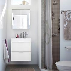 Kleine badkamer met grijze douche, witte GODMORGON wastafelkast en spiegelkasten en beige-met-witte SUMMELN badhanddoek.
