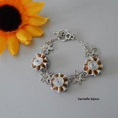 Bracelet capsules dorées forme petites fleurs et connecteurs fleurs argentés