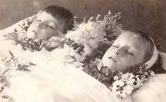 Possibly killed by their mother Victorian Photos, Victorian Era, Antique Pictures, Old Photos, Memento Mori, Fotografia Post Mortem, Vintage Photographs, Vintage Photos, Death Pics