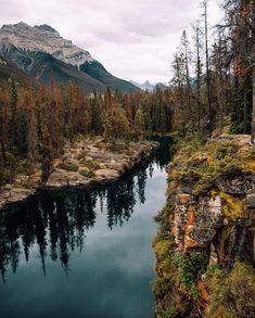 Ein etwas weniger bekannter Spot entlang des #icefieldsparkway😊️ Wir hatten diesen wunderschönen Ort ganz für uns alleine 😍  Wollt ihr wissen, wo genau der See liegt?🏔 . . . #explorecanada #travelcanada #canada #roadtrip #weltreise #weltenbummler #reisen #pnwescapes #beyondthelands #escapewonder #mountainsbros #untouchedlocations #lake #mountains #wildernesstones #bestdiscovery #wonderful_places #earthoutdoors #outdoors #adventures #wondermore #nikon #landscapelovers #travelstoke… Roadtrip, Nikon, River, Outdoor, Instagram, Road Trip Destinations, Canada, Travel Inspiration, Places
