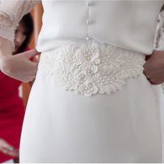 Marta sorprendió a sus invitados con los preciosos detalles de su vestido de novia. Un instante que por supuesto no pasó inadvertido para Inosolo Photography