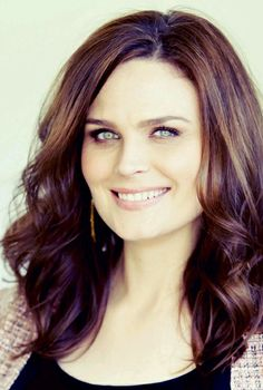 Emily Deschanel/ Cin, Del and Gabi were on the cheerleading squad. Cin and Gabi could not stand each other. Del tried to be the go between, and make nice. It did not work. Emily Deschanel, Amy Adams, Woman Crush, True Beauty, Girl Crushes, New Hair, Beautiful People, Beautiful Smile, Hair Makeup