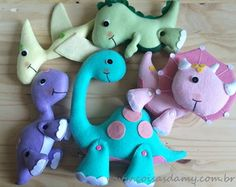 Dinossauro em Feltro Felt Animal Patterns, Stuffed Animal Patterns, Diy Quiet Books, Diy Y Manualidades, Crochet Dinosaur, Sewing Stuffed Animals, Baby Dinosaurs, Felt Christmas Ornaments, Dinosaur Party