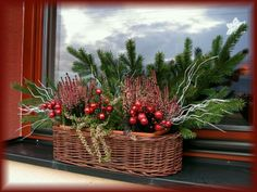 Zimní truhlík Christmas Porch, Christmas Mood, Primitive Christmas, Country Christmas, Christmas Wreaths, Advent Candles, Xmas Decorations, Diy Design, Flower Arrangements