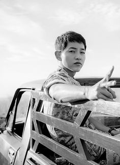 Yoo Si Jin in the DOTS drama//Played by Song Joong Ki Megan's oppa and sunbaeeeee~! Asian Actors, Korean Actors, Korean Dramas, Descendants, Soon Joong Ki, Decendants Of The Sun, Sun Song, A Werewolf Boy, Songsong Couple