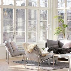 Det är ett galet härligt solsken som pågår ☀️här #light #livingroom #Diamond light #glasveranda #fönster #wedecorlife #familylivingfint…