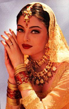 Jav Aur Pyaar Ho Gaya is a 1997 Indian Bollywood film. It starred Bobby Deol and Aishwarya Rai. This is the first Hindi movie for Aishwarya Rai released on August 1997 Vintage Bollywood, Indian Bollywood, Bollywood Fashion, Bollywood Makeup, Most Beautiful Women, Beautiful People, Estilo India, Indian Aesthetic, Beauty And Fashion