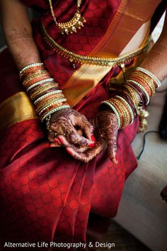 Hindu South Indian bride in temple jewelry. Mendhi, hand jewels, and matching stacks of bangles color coordinated with the sari. Necklaces and gold belt. South Indian Weddings, Big Fat Indian Wedding, South Indian Bride, Indian Bridal Fashion, Indian Bridal Wear, Indische Sarees, Wedding Saree Collection, Telugu Brides, South Indian Sarees