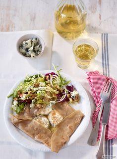 Voilà. Eine knusprige Galette aus Buchweizenmehl, belegt mit Ziegenkäse und Comté, bestreut mit Roquefort und dazu ein Salat. Bon appétit!