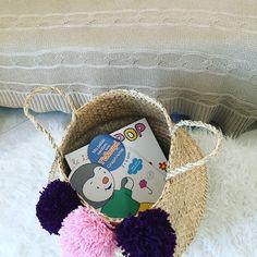 joli panier à Pompon qui va retrouver sa nouvelle propriétaire. couleur violet et rose