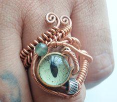 Anillo en alambre de cobre con ojo, este tipo de pieza se usa como protección, ya que los ojos desde la antigüedad, son considerados importantes amuletos...