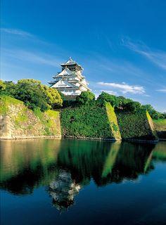 豊臣秀吉が建てた大阪城。徳川家康の時代に場所を移動して今の大阪城の位置になったそうです。歴史を感じながらめぐる大阪城公園もまたおつなもの。水面に映る大阪城を徳川家康も楽しんだのでしょうか?