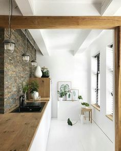 Nice combination of natural materials and white floors and kitchen - White Kitchen Remodel Interior Design Kitchen, Modern Interior Design, Interior Design Inspiration, Interior Architecture, Sweet Home, Cuisines Design, Küchen Design, Home Fashion, Home And Living