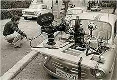 """Srđan Karanović na snimanju serije """"Grlom u jagode"""" 1975..."""