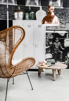 Deze Egg chair heeft een comfortabele zit en als je wilt kun je er nog een kussentje in kwijt. Hij staat op mooie hoge slanke poten van ijzer.