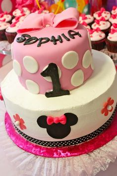 Cake at a Minnie Mouse Party #minniemouse #party