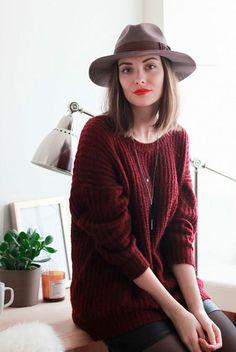 Street style look suéter vermelho burgundy, saia preta couro, meia calça e chapéu marrom.