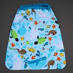 Serviette de table élastiquée Dans l'océan Lilooka.  L'enfant met et retire seul cette serviette cou élastique à la cantine et à la maison. Lavable, 100% coton. Motifs : hippocampes, loutres, tortues, poissons, baleines et étoiles de mer . Serviette astucieuse et confortable pour petits et grands qui ne veulent plus de bavoir. Création Lilooka.  http://www.lilooka.com/fr/accessoires-enfants-table-serviettes/874-serviette-de-table-elastiquee-dans-l-ocean-lilooka.html
