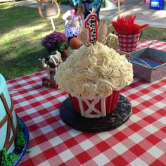 What an amazing Barn inspired smash cake for this little boys Farm Birthday Part. What an amazing Barn inspired smash cake for this little boys Farm Birthday Party! See more party i Farm Birthday Cakes, Farm Animal Birthday, 1st Birthday Cake Smash, Barnyard Cake, Barnyard Party, Farm Party, Ideas Bautizo, Fall Birthday Parties, Birthday Boys