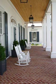 Veranda in brick Southern Porches, Southern Homes, Country Porches, Outdoor Rooms, Outdoor Living, Brick Porch, Front Porch, Porch Roof, Estilo Colonial