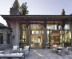 mountain homes Insanely beautiful mountain modern home in the Sierra Mountains Insanely beautiful mountain modern home in the Sierra Mountains Mountain Home Exterior, Modern Mountain Home, Mountain Homes, Design Exterior, Modern Exterior, Modern Home Exteriors, Modern Home Plans, Interior Modern, Modern Rustic Interiors