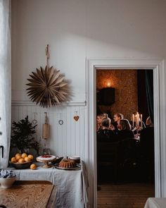 Love these natural Christmas decorations! Love these natural Christmas decorations! Swedish Christmas Decorations, Natural Christmas, Noel Christmas, Christmas Porch, Christmas Mantels, Scandinavian Christmas, Simple Christmas, Christmas And New Year, Winter Christmas