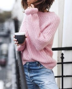 17 Simple Denim Outfits You Can Copy Now, Spring Outfits, Casual spring outfit. Pink sweater with blue jeans Rosa Pullover Outfit, Winter Pullover Outfits, Winter Sweater Outfits, Pullover Mode, Sweater Fashion, Spring Outfits, Jeans Fashion, Winter Dresses, Fashion Clothes