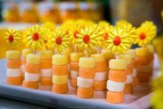 Festa Infantil Primavera Prepare-se para a chegada da Primavera Sunflower Party, Sunflower Cakes, Sunshine Birthday, Bee Party, Frozen Party, Luau, Birthday Decorations, Birthday Backdrop, First Birthdays