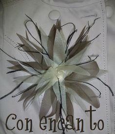 Flor Nenúfar en champán y marrón con plumas de avestruz negras www.facebook.com/ConEncantoBilbao Brown & beige flower with black feathers