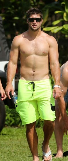 tim-tebow-shirtless-beach-stud-in-hawaii-03.jpg (415×984)