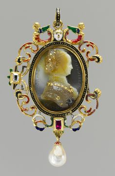 Bona Sforza Queen of Poland.Cameo by Giovanni Jacopo Caraglio, sardonix with inlaid gold and silver details. Renaissance Jewelry, Ancient Jewelry, Antique Jewelry, Vintage Jewelry, Cameo Jewelry, Royal Jewelry, Jewelry Design, Cameo Pendant, Crown Jewels