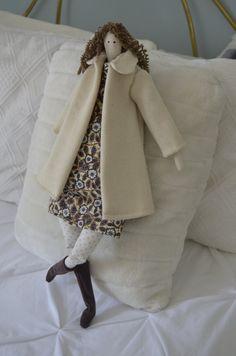 Muñeca Tilda realizada a mano artesanal y única,te gustará por su estilo moderno y elegánte.  Es ideal para regalar o para decorar tu hogar,queda muy bien en un salón,también en dormitorios.  Mide 62 cm aproximádamente.  LLeva vestido estampado y abrigo de lana color crudo,botas y bolso a juego.