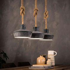 Deze industriële hanglamp met stoere betonlook brengt zowel sfeer als karakter naar je eetkamer! De robuuste kappen hebben een vintage uitstraling die prachtig samengaat met het grove kabeltouw waaraan de kappen hangen. Een eenvoudig design, en toch is deze industriële hanglamp een echte blikvanger. Mooi boven een steigerhouten eettafel met poten van metaal!