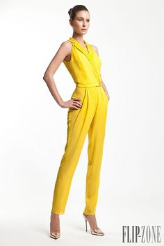 Rani Zakhem Spring Summer 2015 collection is a palate of cream, yellow, and oranges. Yellow Jumpsuit, Yellow Dress, Classy Outfits, Cool Outfits, Jumpsuit Elegante, Couture 2015, Yellow Fashion, Shades Of Yellow, Mellow Yellow