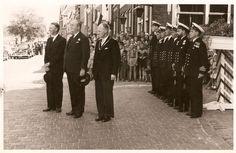Commissaris van de Koningin mr Linthorst Homan, ambassadeur van Spanje in Nederland hertog van Baena, en burgemeester van Harlingen Berend Nauta voor het stadhuis, 27 juni 1959. Fotocollectie D.A. Visser te Harlingen.