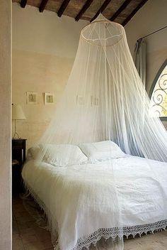 Uma aura renascentista invade esta casa em Panzano, na It�lia. O que era um palheiro desativado virou um espa�o simples e teatral nas m�os da designer Janine Loohuis. No quarto, a colcha veio de um mercado de quinquilharias e combina com o mosquiteiro