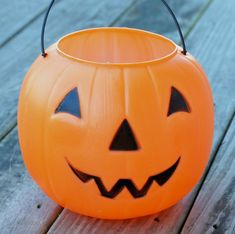 This Plastic Pumpkin Bucket Makeover is a great dollar store craft that'll let you move your decor from Halloween to Fall in a snap! Dollar Tree Pumpkins, Plastic Pumpkins, Glass Pumpkins, Fabric Pumpkins, Dollar Tree Halloween, Halloween Buckets, Easy Halloween, Halloween Crafts, Diy Pumpkin