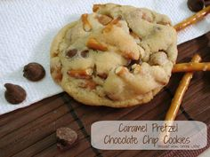 Caramel Pretzel Chocolate Chip Cookies - Dessert Now, Dinner Later! Remember this recipe for after I'm done with my diet lol Cookie Desserts, Just Desserts, Delicious Desserts, Dessert Recipes, Yummy Food, Cookie Table, Cheesecake Cookies, Yummy Eats, Healthy Desserts