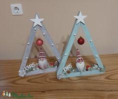 Karácsonyi háromszög álló asztali dekor vagy függő ajtódísz manóval (JuLeila) - Meska.hu