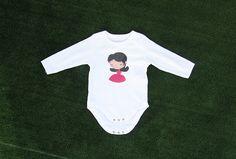 Body bebé con ilustración niña personalizable. Algodón 100% - www.ilustracionesilustres.com