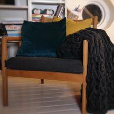 Slik strikker du med armene: Ferdig strikket pledd på én time  Med denne teknikken trenger du verken strikkepinner eller mye tid.   Her har vi strikket et teppe med armene på under én time. Det er faktisk mulig, og tørr du å utfordre deg selv på strikkefronten klarer du enkelt å lage dette pleddet selv.   #hjemmelaget #hjemmelagetgaver #hjemmelagetjulegaver #julegave #pledd #hygge #hyggelig #holddegvarm Couch, Furniture, Home Decor, Decoration Home, Room Decor, Sofas, Home Furniture, Sofa, Interior Design