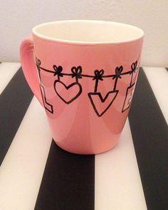 DIY: Tassen selbst bemalen mit einfachen Motiven. Zur Anleitung Sharpie Crafts, Diy Sharpie Mug, Creative Colour, Ceramic Design, Ceramic Plates, Copic, Art For Kids, Diy And Crafts, Coffee Mugs